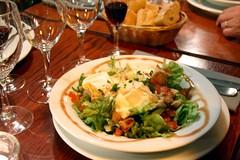 Salade lyonnaise : croûtons, lardons et œuf poché