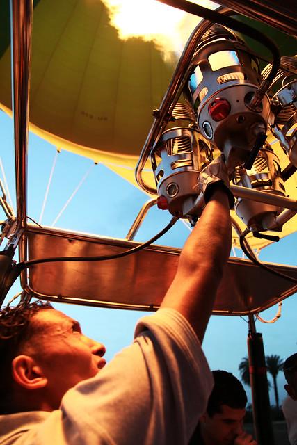 エジプト旅行 ルクソール キャプテンが気球のバーナーを操作