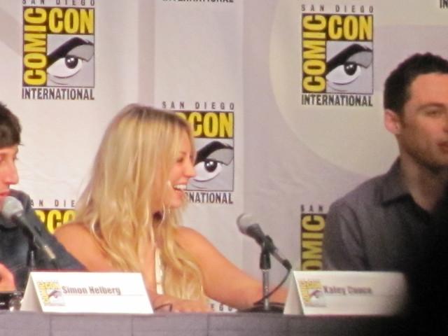 Comic-Con 2010 Kaley Cuoco linda sonrisa