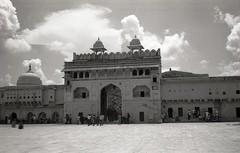 amber fort (m.p.noise) Tags: bw india rollei hc110 bn jaipur biancoenero analogica rollei35 kodaktmax100 pellicola fotografiaanalogica