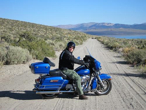 Devant Mono Lake (j'ai failli me vautrer dans la terre du chemin !