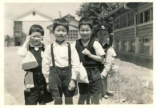 小学校前で友達と/小学校1年 by Poran111