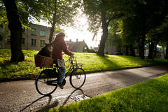 No time to walk the dog, Catherijnesingel, Utrecht (lambertwm) Tags: morning shadow dog holland grass bike bicycle backlight speed sunrise dawn utrecht nederland hond gras schaduw ochtend tegenlicht fietser againstthelight snelheid zonsopkomst catherijnesingel shootintothelight