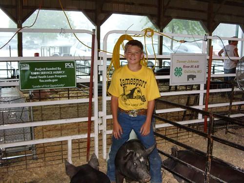 Tanner Johnson con sus cerdos