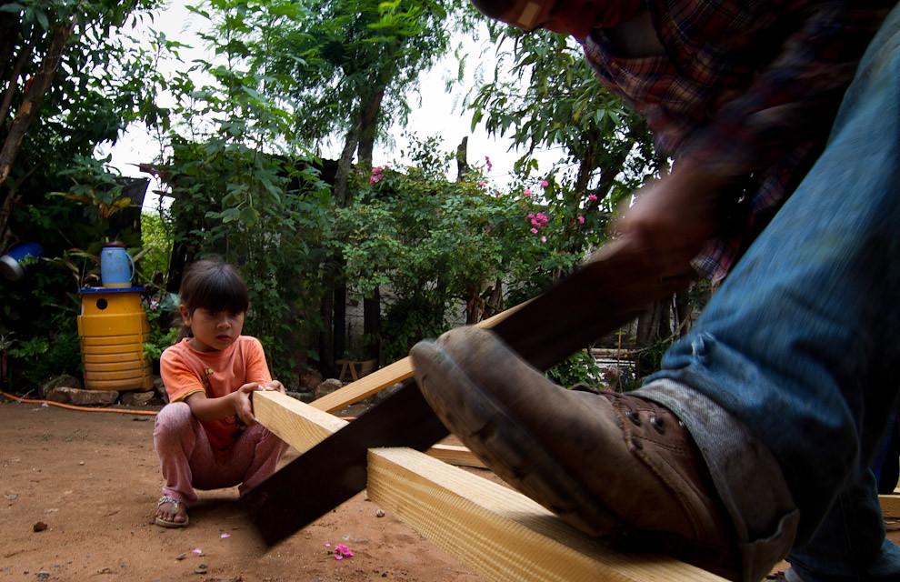 Miembros de la familia beneficiada también ayudan a los voluntarios con las tareas de construcción. (Tetsu Espósito - Lambaré, Paraguay)