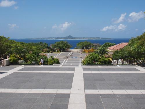 海洋博公園から伊江島を望む