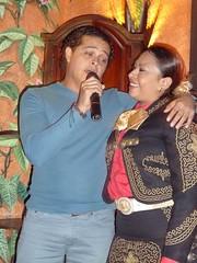 Israel cantando durante la cena de la ltima noche (Silvia Cuevas-Morales) Tags: poetas silviacuevasmorales usulatn ixfestivaldepoesaenelsalvador institutosanagustn centrogloriakriete