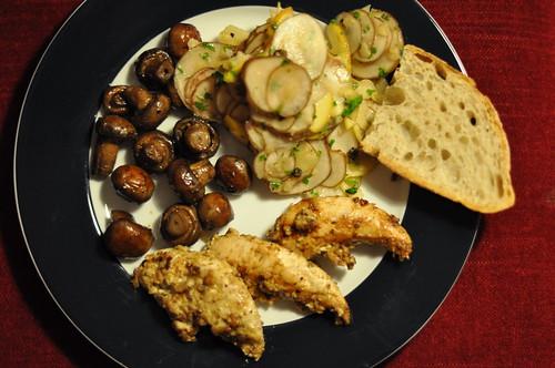 Kylling med valnødder, ristede champignons og salat af jordskokker, æbler og kapers