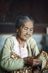 Minnanthu_20101028_007 (Bourgeois Jean) Tags: people asia burma buddhist bouddha myanmar canon5d asie burmese birma cigare peuple birmanie birmania mianmar minnanthu jeanbourgeois bourgeoisjean sheerot