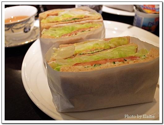 切半的三明治包在紙盒中,食用時不沾手