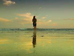 Mirando al mar (jantoniojess) Tags: playa sea mar beach playadelavictoria cádiz andalucía spain españa reflejosenelagua reflections landscape atardecer atardecerenlaplaya mirandoalmar calma quietud horizonte espejo mirror
