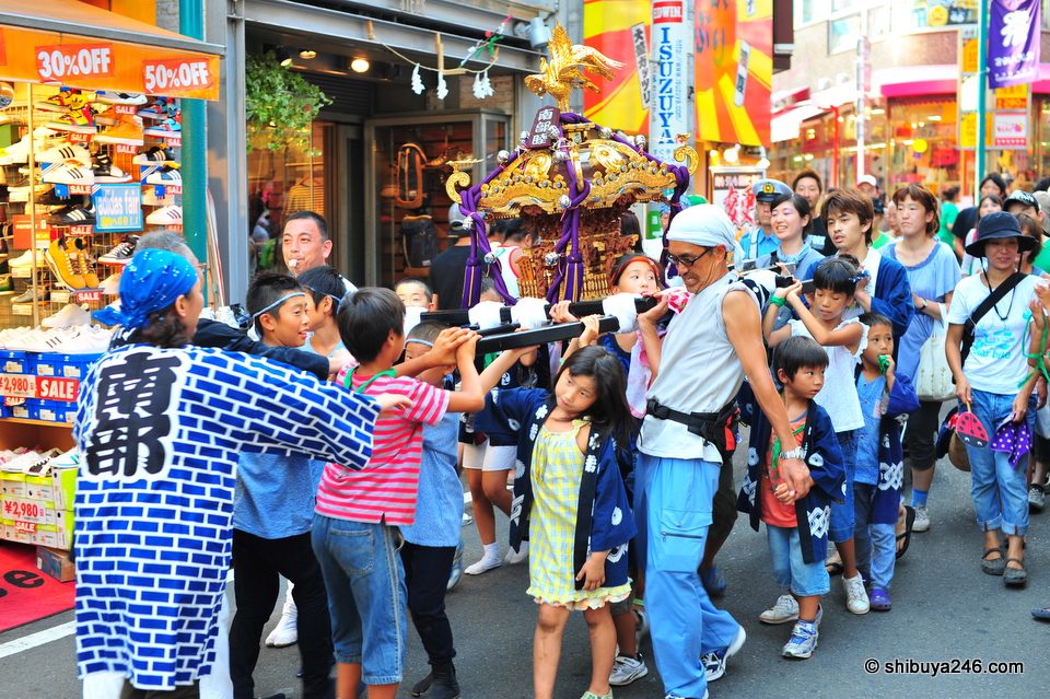 The kids lending a hand to carry the omikoshi