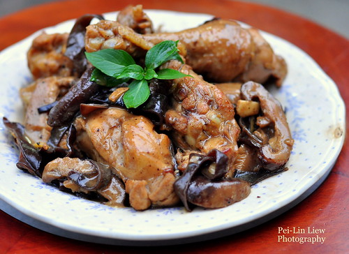 Braised Chicken With Shiitake Mushrooms and  Jew's Ear 香菇木耳燜雞