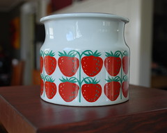 DSC_0002 (Peacock Modern) Tags: red vintage finland strawberry pot arabia etsy jam peacockmodern