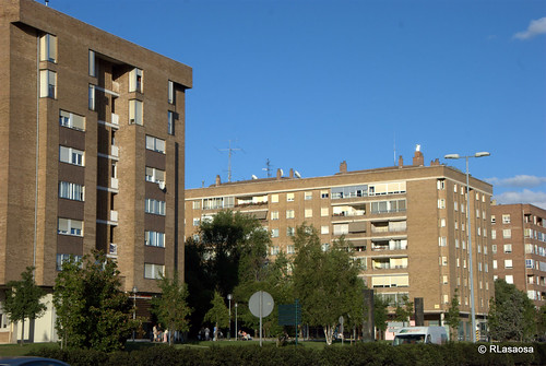 """Fachadas de viviendas sobre la Avenida de Navarra, también conocida como """"La Variante"""".  Se aprecia, también, parte de la Plaza de Félix Huarte"""