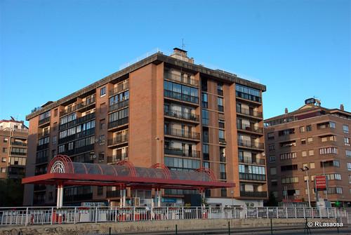 """Fachadas de viviendas sobre la Avenida de Navarra, también conocida como """"La Variante"""".  En primer plano, la gasolinera existente al final de la calle Esquíroz y el edificio posterior con fachadas a la Avenida de Navarra y a la calle Esquíroz."""