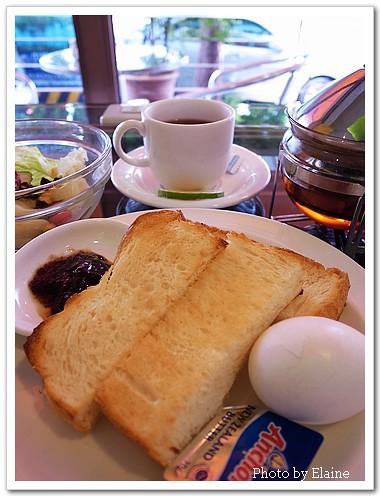 晨光中的悠閒早餐