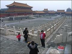 In The Forbidden City (Christian Lagat) Tags: china famille red girl rouge photographer flag beijing   forbiddencity grdigital familly chine drapeau photographe fillette pkin unworldheritage citinterdite ricohgrd patrimoinemondialdelunesco