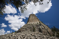 Devils Tower NM (anadelmann) Tags: blue sky usa tree tower rock blackhills landscape f100 roosevelt sundance column wyoming crow alpha devilstower monolith nationalmonument shoshone cheyenne wy lakota kiowa monolithic crookcounty intrusion devilstowernationalmonument arapaho hulett v1000 bearlodge a900 sonyalpha volcanicneck matotipila alpha900 aloftonarock anadelmann sonyalpha9000