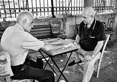 Los jugadores de backgammon (Leonorgb) Tags: bw canon la foto leo bn grecia atenas athina backgammon hombres grecce jugadores juegodemesa barriodeplaka