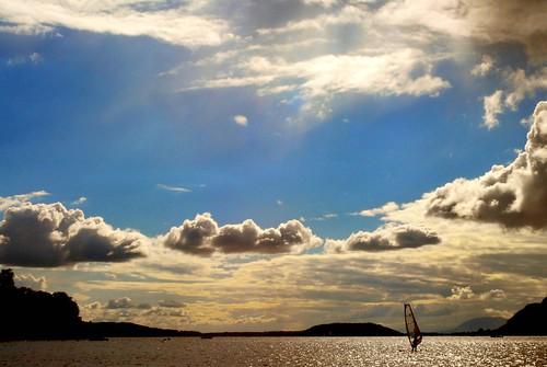 [フリー画像] 自然・風景, 空, 雲, 湖・池, ウィンドサーフィン, 201009291300