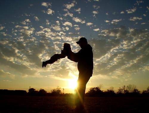 [フリー画像] 人物, 人と風景, 親子・家族, 夕日・夕焼け・日没, シルエット, 201010011300