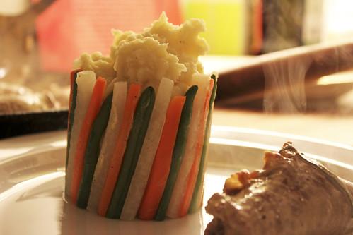 Gemüse-Chartreuse mit Kartoffelstock und Fleischvogel