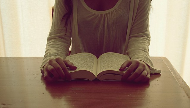 Estar a solas con un buen libro es ser capaz de comprenderte más a ti mismo.