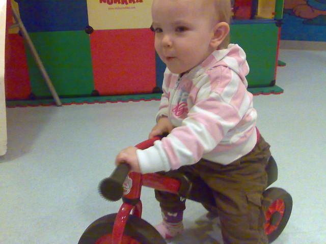 Lotta ajaa lelupyörällä Rantasipin leikkihuoneessa