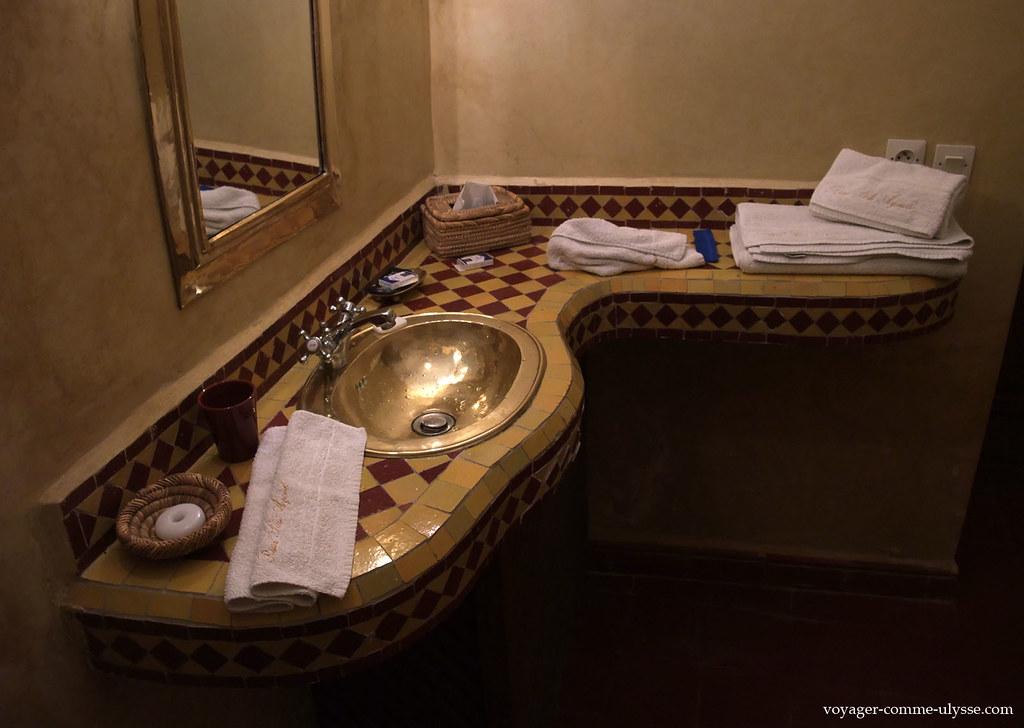 Salle de bain : lavabo en cuivre