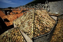 Old_roof_new_roof (Voss-Nilsen) Tags: world old travel houses roof house heritage church architecture canon town site europa europe churches croatia unesco countries tiles arcitecture tops dubrovnik ragusa arkitektur kroatia hrvatska architectura dalmatia geografi kirker httpwhcunescoorg