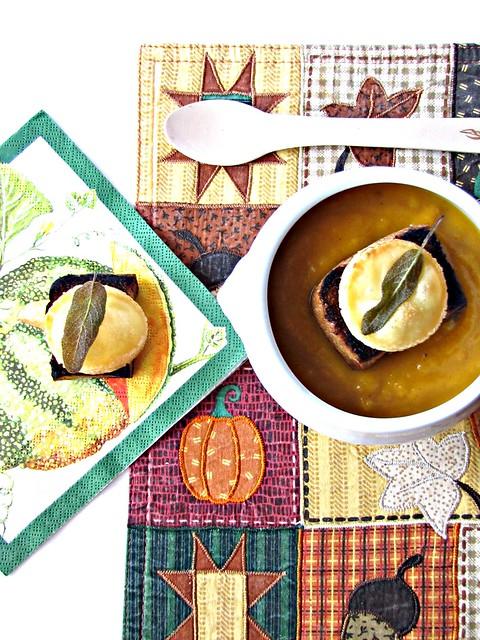Vellutata di Zucca al Peperoncino con Crostoni integrali allo Chèvre e Salvia Fritta