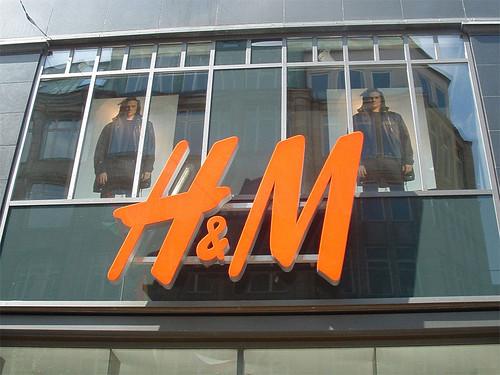 H_und_M_Logo_in_Hamburg