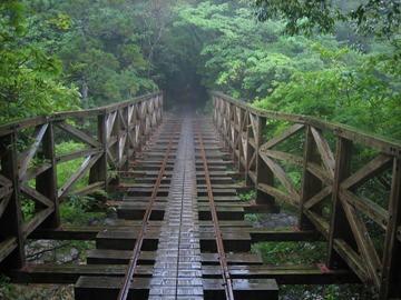 何箇所か鉄橋を渡る