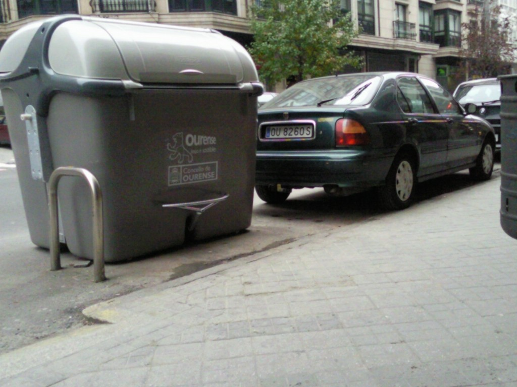 conteder do lixo manipulado por un operario de ECOOurense