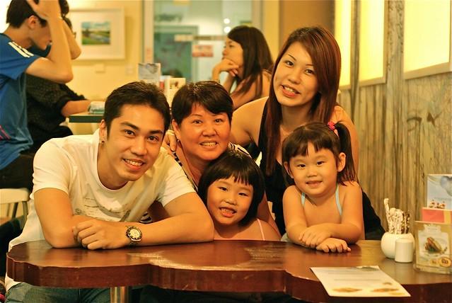 家人相聚在新加坡