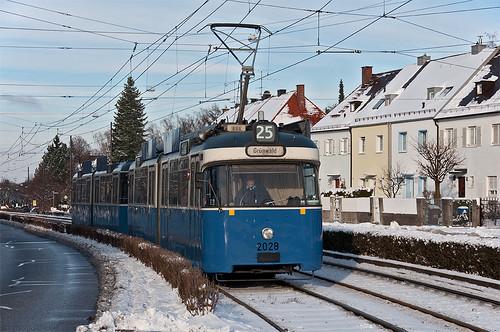 In wenigen Augenblicken erreicht P-Wagen 2028 die Haltestelle »Authariplatz«
