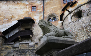 A stone lion statue in the courtyard of the Orava castle