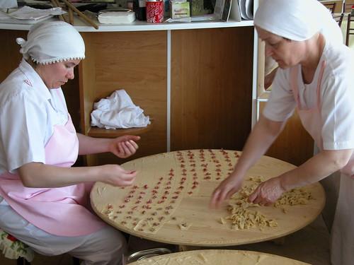 DSCN9841 Sinop, Teyzenin yeri manti salonu, préparation