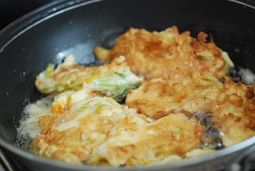 suvikõrvitsaõite praadimine/frying zucchini flowers