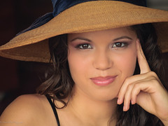 maria (Consuelo Real) Tags: portrait face hat lady persona mujer gente bonita mano sombrero morena beuty frescura ojoscafe