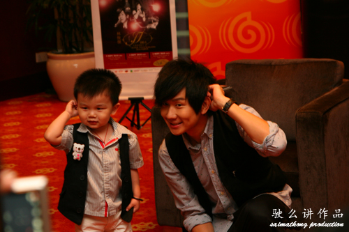 JJ Lin taking photo with cute kid