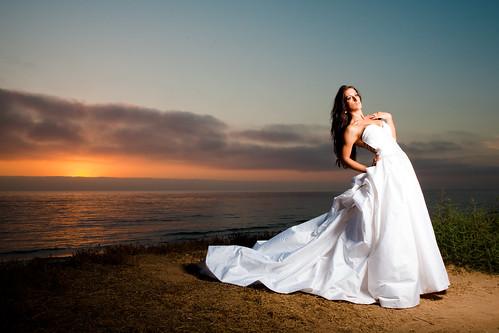 フリー写真素材, 人物, 女性, 人と風景, 夕日・夕焼け・日没, ウエディングドレス, アメリカ人,