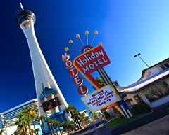 Holiday Motel, Las Vegas!! (Ken Yuel Photography) Tags: day lasvegas nevada unitedstatesofamerica clear palmtrees leavinglasvegas vegasstrip oldmotels stratospherecasino digitalagent kenyuel stripmotels thefamedstrip