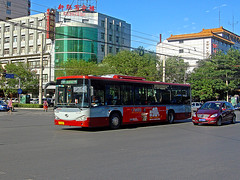 [Buses in Beijing] King Long XMQ6122G (Low-entry)  BPT #83062 Front-left at Zhanlanguan Road South Crossing (tonyluan1990) Tags: china bus beijing   publictransport autobus citybus   kinglong charterbus transitbus  dieselbus  beijingpublictransportholdingsltd lowentry accessiblebus  beijingpublictransport