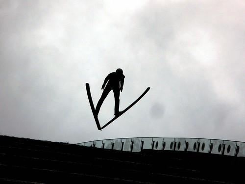 Un saltador de esquí haciendo su trabajo