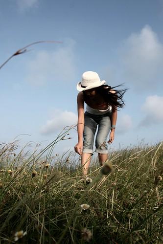 無料写真素材, 人物, 女性  アジア, 女性  屈む, 人物  草原, 帽子, 台湾人