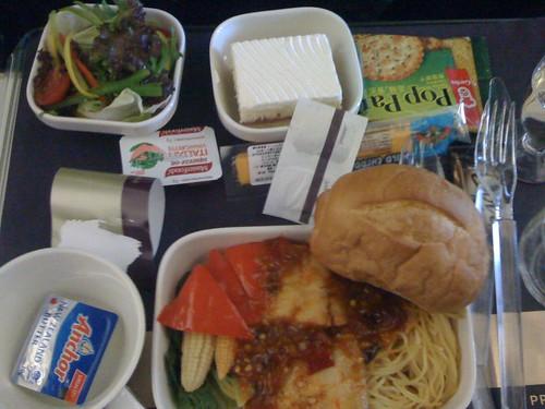 第一顿飞机餐,鱼肉意面,味道还是可以的,甜点很难吃。图片中央橘红色的奶酪条很好吃