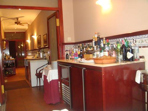 Interior del restaurante. Barra de Ginebras