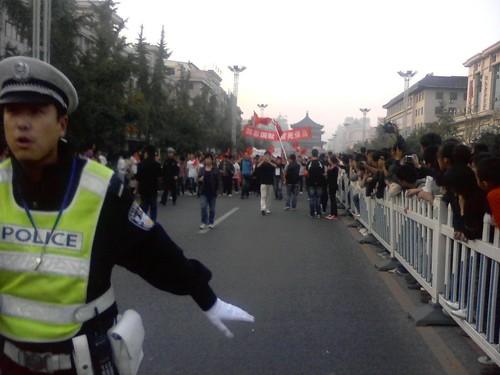 警察开始催逼走开